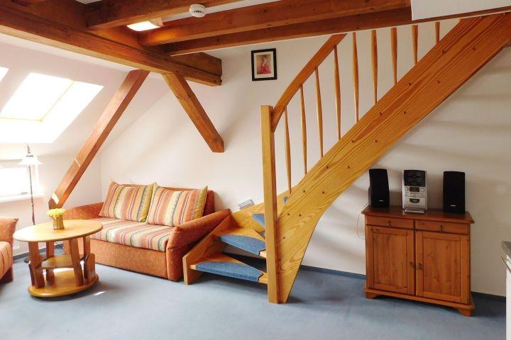 Treppe zum Schlafbereich und Balkon