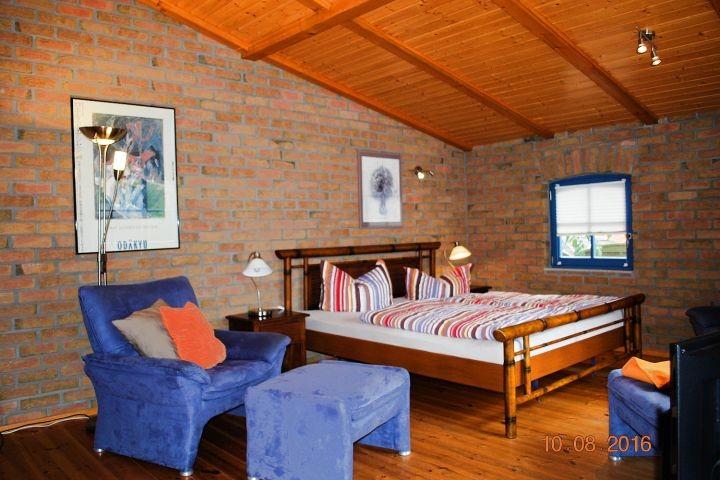 Blick in den kombinierten Wohn- und Schlafbereich im Anbau
