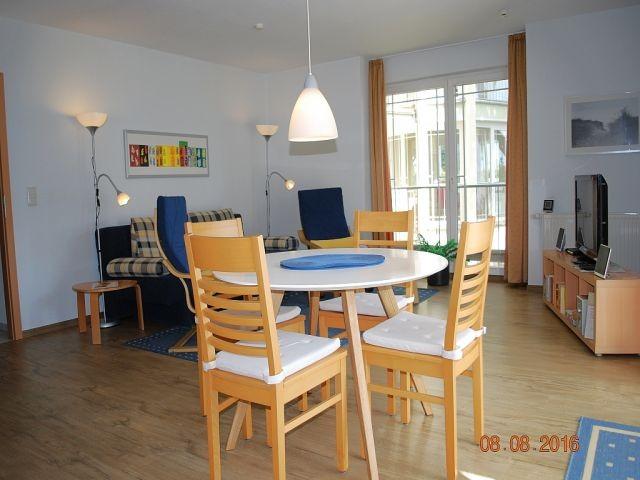 Blick von der Küchenzeile in den Wohnraum