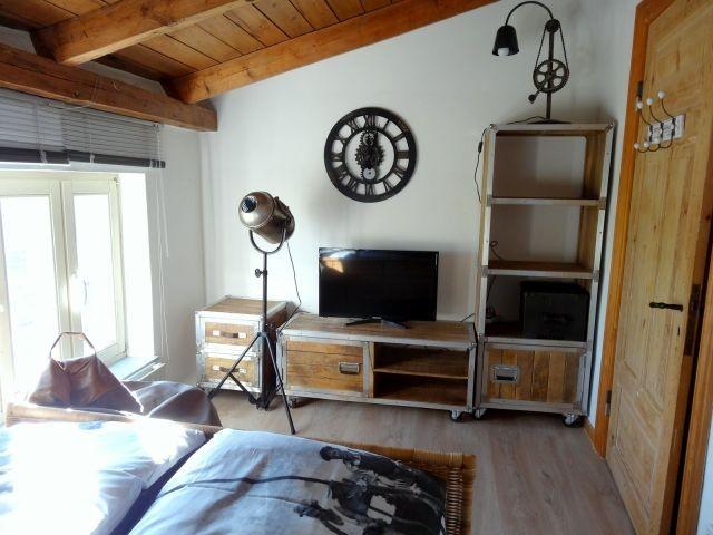 Flachbild-TV im ersten Schlafzimmer
