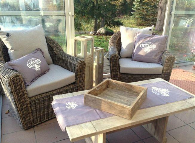 Im Wintergarten finden Sie eine Sitzecke und Decken vor - perfekt für gemütliche Abendstunden