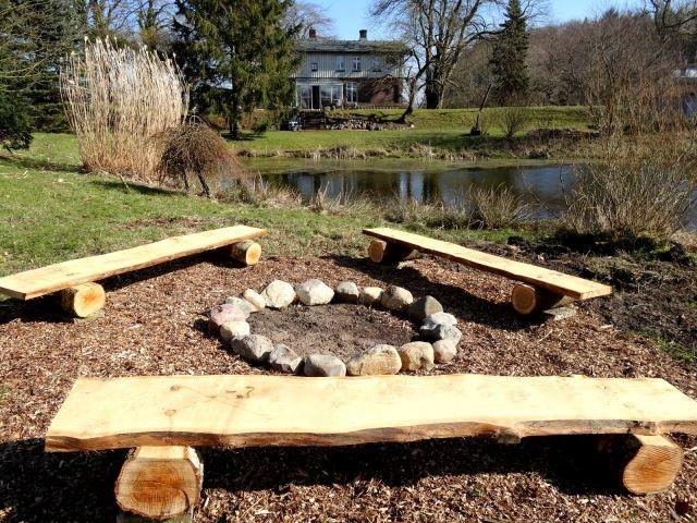 Der Grillplatz im großen Garten direkt am Teich