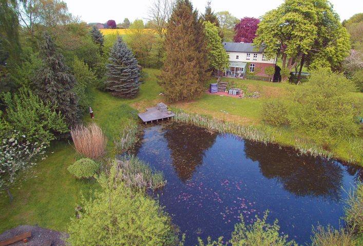 Luftaufnahme des Ferienhauses 'Natürlich Wassermühle' mit Gartenbereich