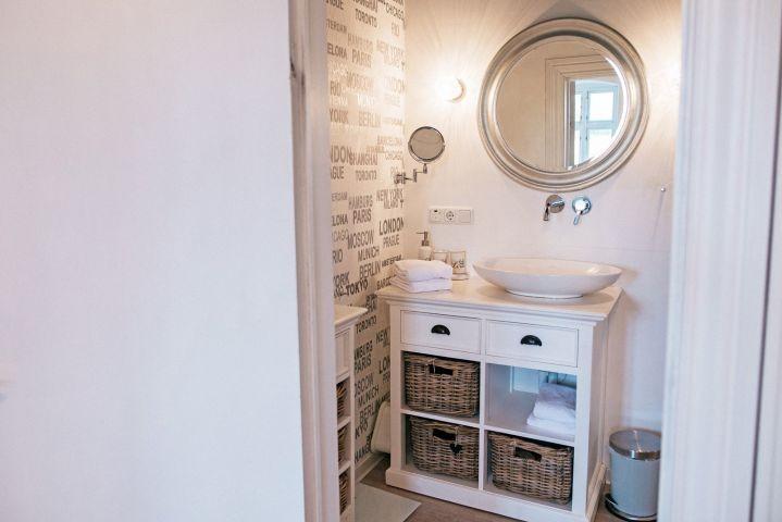 Das helle und moderne Badezimmer