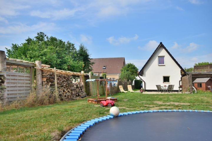 Garten mit Trampolin und großer Wiese