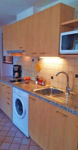 Gut ausgestattete Küchenzeile im Wohnraum