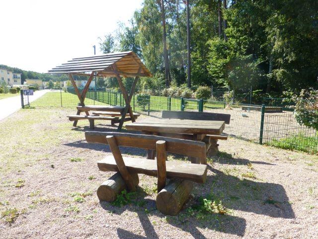 Sitzplätze am Hundeauslauf in der Ferienanlage