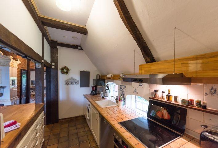 Küche mit Geschirrspüler, Kühl- und Gefrierschrank