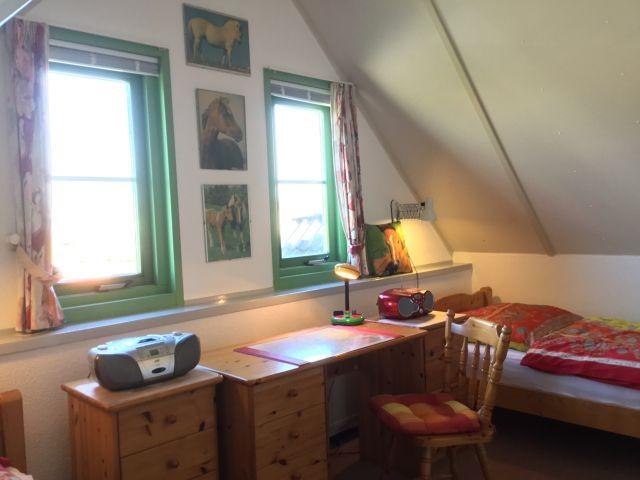 mit Schreibtisch und Wand-TV