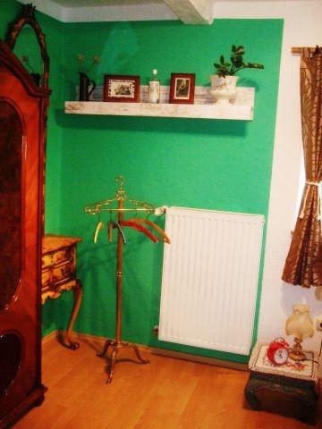 Schlafzimmer mit Kleiderschrank, Spiegelkommode, Herrendiener, Nachtkästchen, Wecker, Leselampe