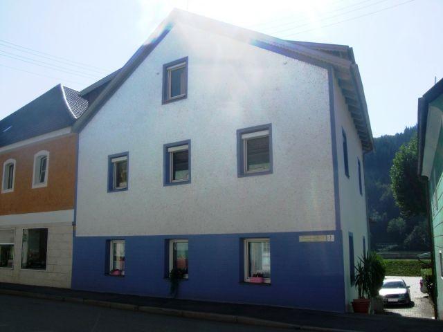 Unser Haus von der Straßenseite aus, Blick zur Donau und Parkplatz im Innenhof