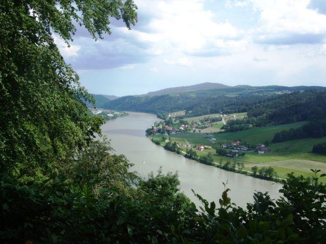 """Blick vom Wanderweg """"Jägersteig"""" auf Obernzell, für anspruchsvolle Hundewanderungen"""