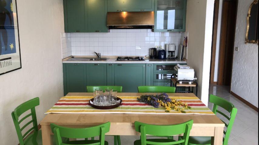 Esstisch mit Blick auf die Küchenzeile