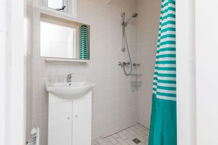 Badezimmer 1 mit Dusche und Waschbecken