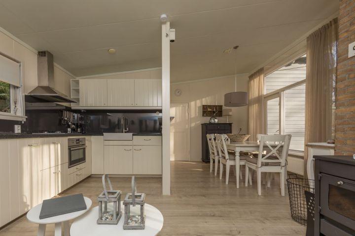 Das gemütliche Wohnzimmer mit offener, neuer Küche