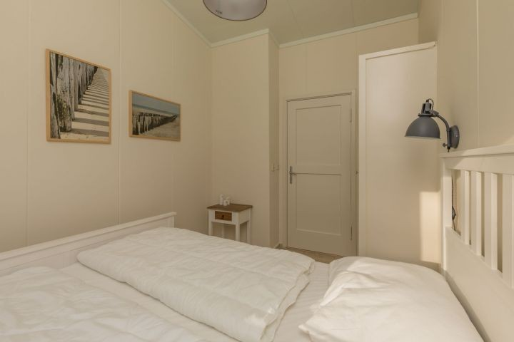 chlafzimmer 1 mit Doppelbett und Kleiderschrank