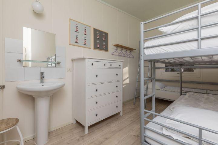 Schlafzimmer 2 mit 2 Etagenbetten und Waschbecken