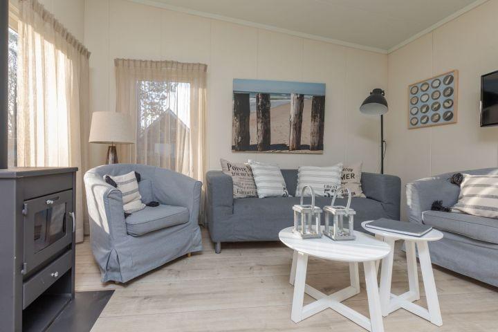 Das helle Wohnzimmer mit Holzkamin (2017)