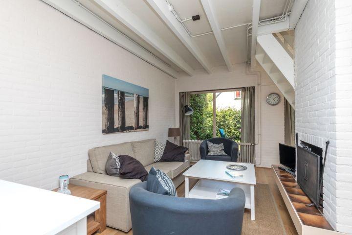 Das helle Wohnzimmer mit Kamin