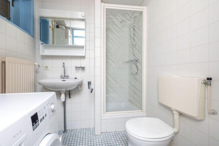Badezimmer 1 mit Dusche, Toilette und Waschmaschine