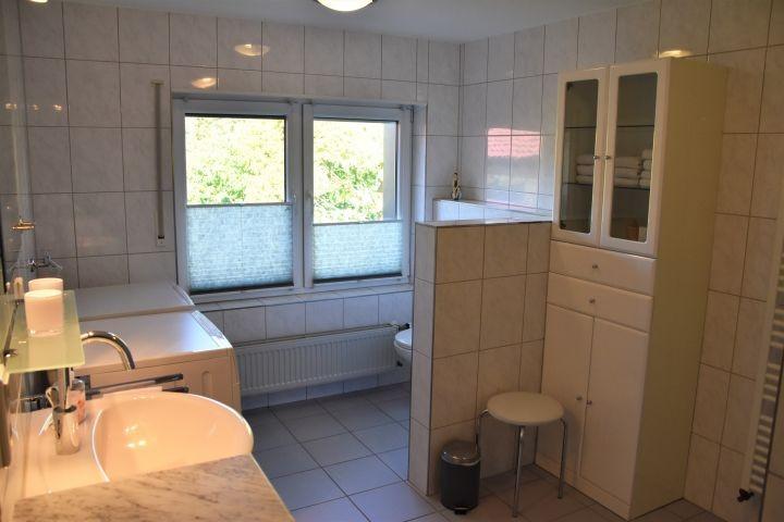 2. Bad mit Dusch/WC, Waschmaschine und Trockner