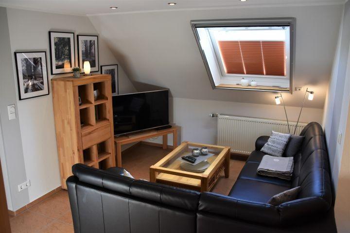 Wohnzimmer mit großem Fachbildschirm