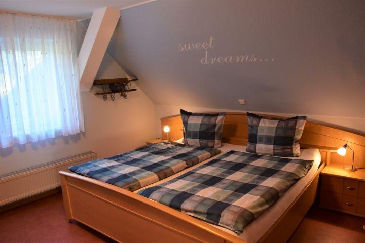 Schlafzimmer mit 2 x 2 m Doppelbett