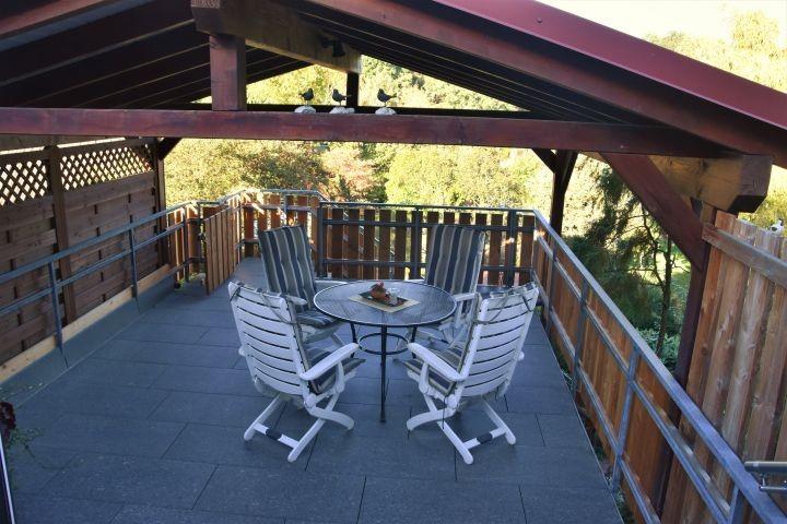 abgeschlossene Dachterrasse mit Blick in den Garten