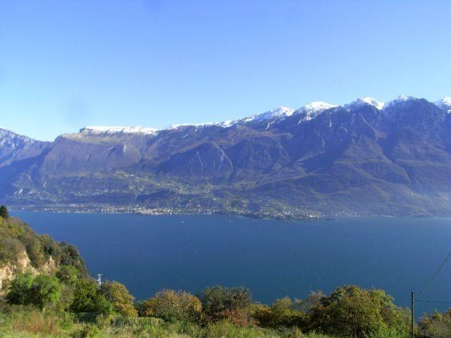 Blick auf dem See und Bergkette Monte Baldo