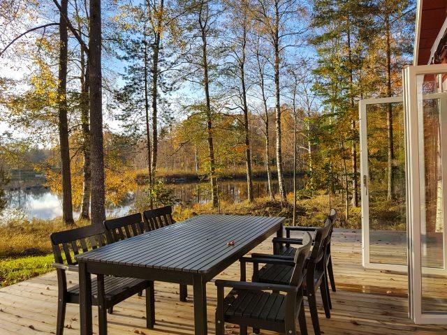 Terrasse mit Seeblick vor der ausgebauten Scheune