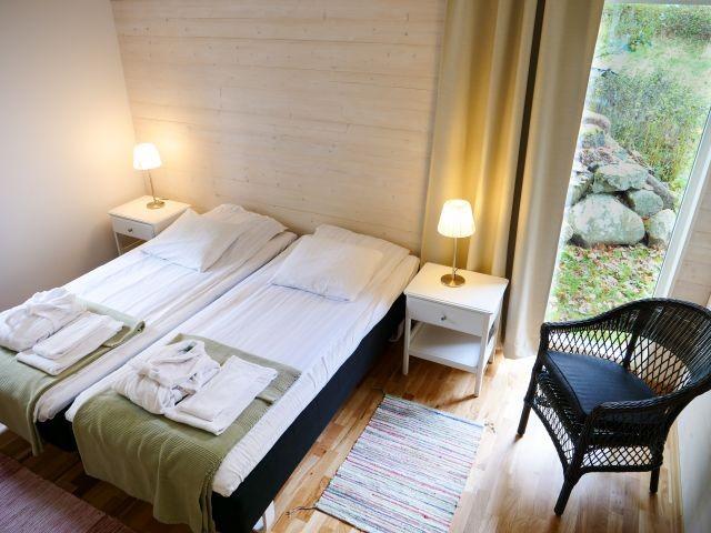 Schlafzimmer mit Doppelbett in der ausgebauten Scheune