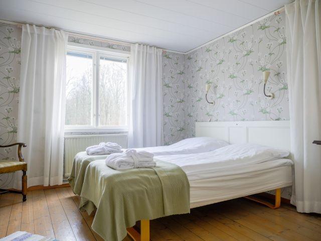 Haupthaus: Schlafzimmer mit Doppelbett im Erdgeschoss