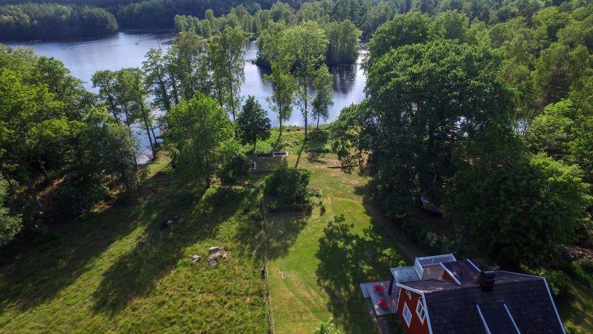 Blick auf das Grundstück von oben - das Haupthaus sieht man gut - die Scheune versteckt sich unter dem Baum