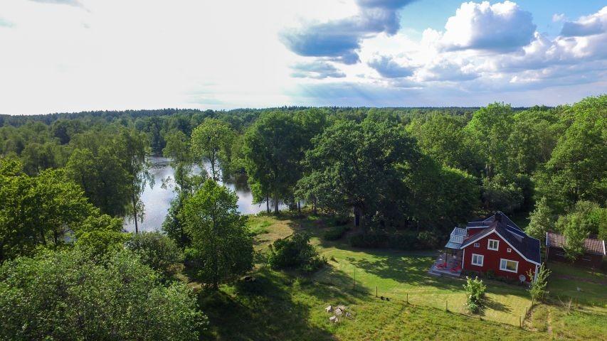 Blick auf das Grundstück aus der Luft - das Haupthaus sieht man gut - die Scheune versteckt sich unter dem Baum