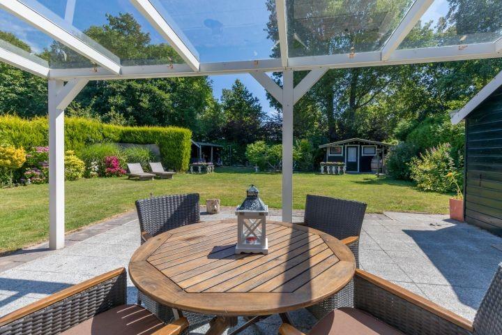 Die tolle überdachte Terrasse mit Gartengruppe