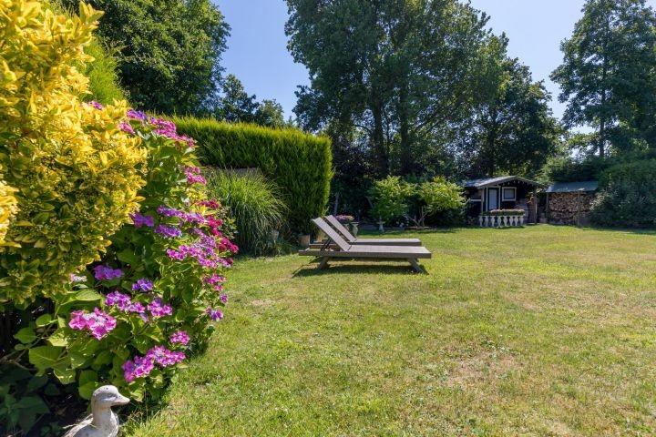 Der schön angelegte, sonnige Garten mit Liegen