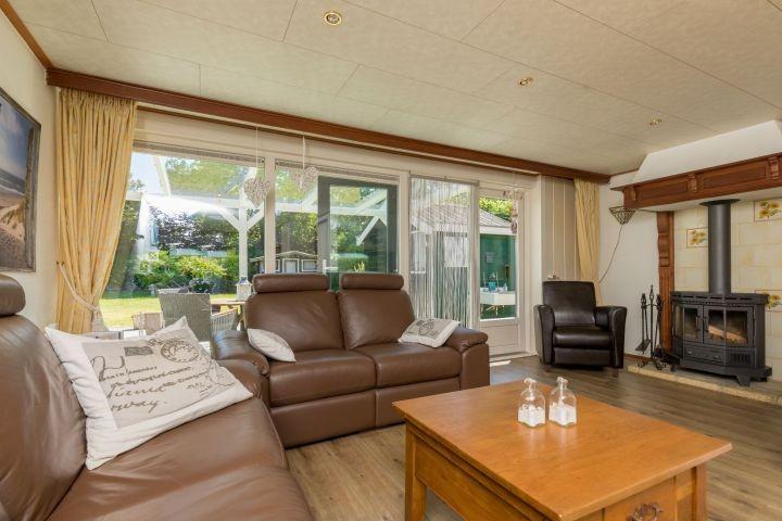 Wohnzimmer mit Sitzecke und Kaminofen