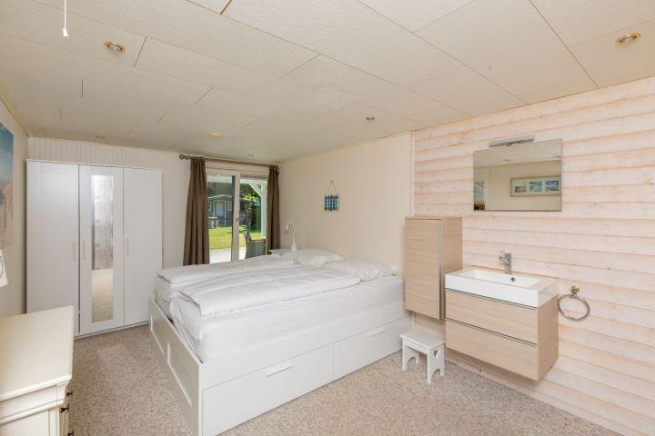 Schlafzimmer 1 mit Doppelbett, Badmöbel und Schrank
