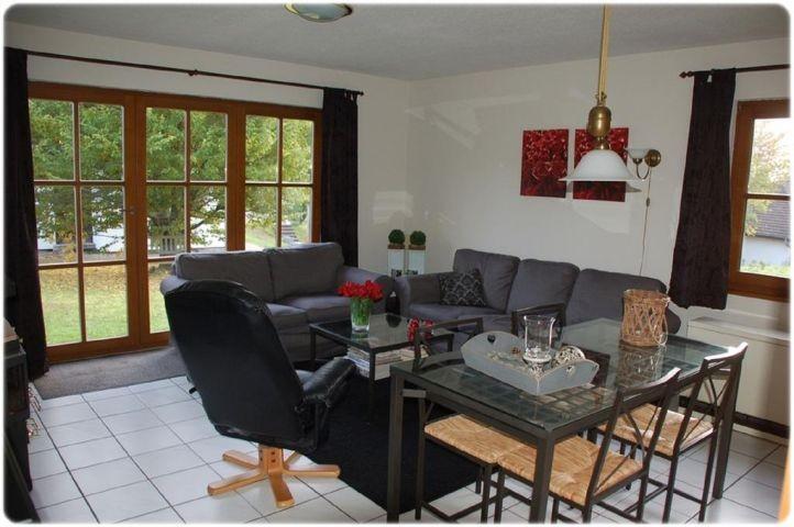 Wohnzimmer mit Sofa und Essbereich