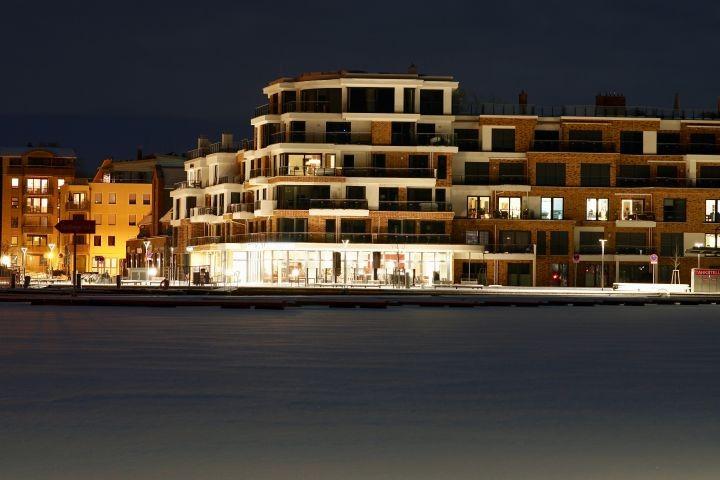 die Hafenresidenz bei Nacht