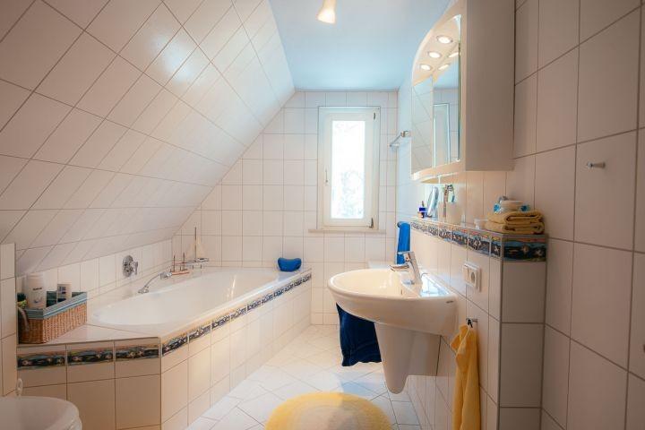 Bad mit Badewanne im Obergeschoss