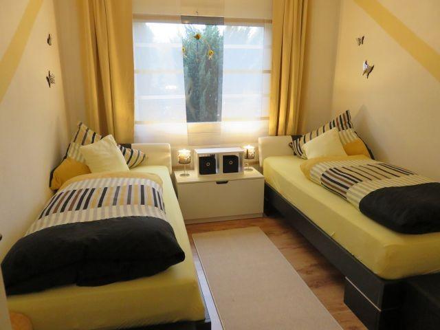 2 Zimmer mit 2 Betten und Schrank
