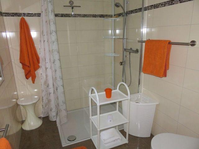 Badezimmer mit großer ebener Dusche