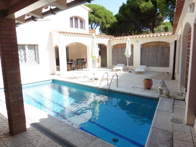 Innenhof mit Pool und Liegeflächen