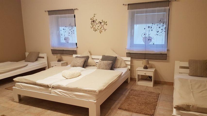 2. Schlafzimmer mit 1 Doppelbett, 2 Einzelbetten, TV, Schrank