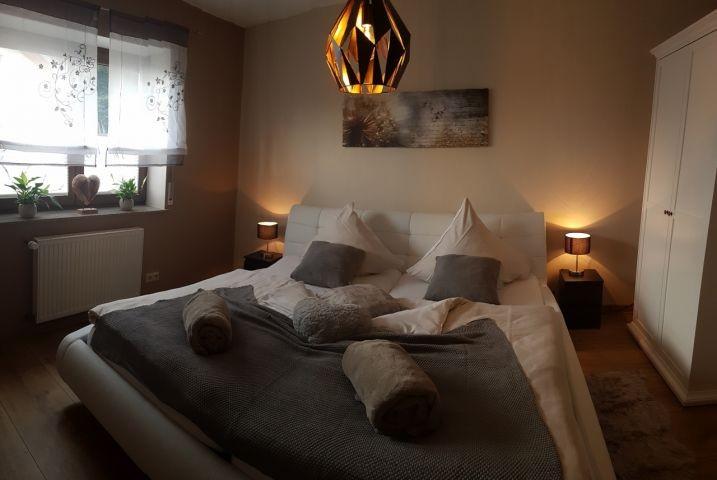 1. Schlafzimmer mit Doppelbett und Schrank