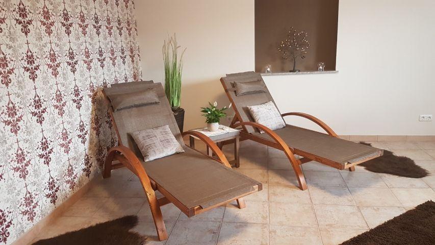 Wellness-Raum mit finnischer Sauna, 2 Saunaliegen, Dampfdusche mit Whirlpoolbadewanne