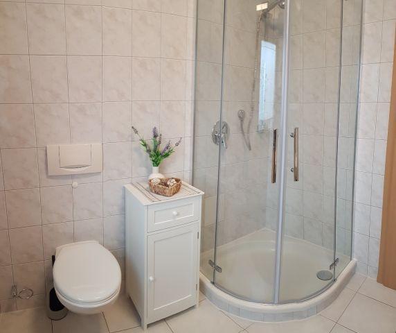 Bad mit Dusche, WC, Waschbecken, Fön