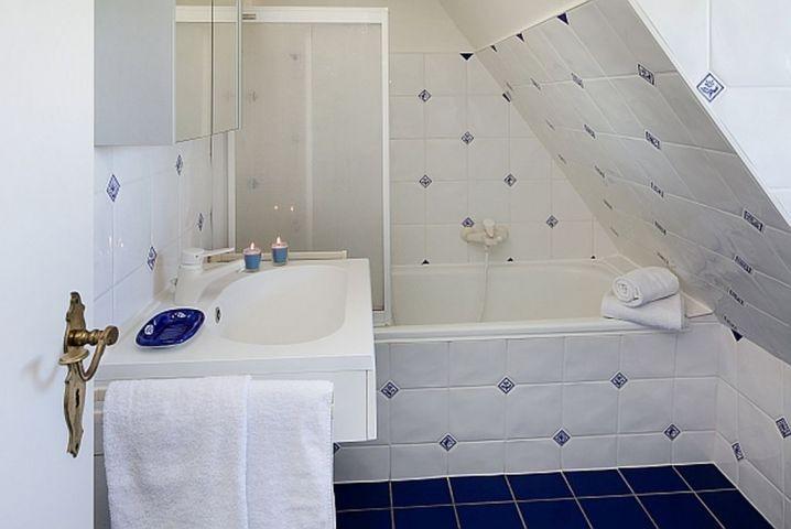 Wannenbad mit Duschwand
