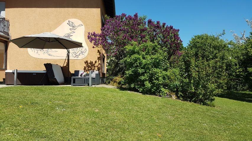 Garten der Ferienwohnung mit beheiztem Außenwhirlpool, Gartenmöbeln